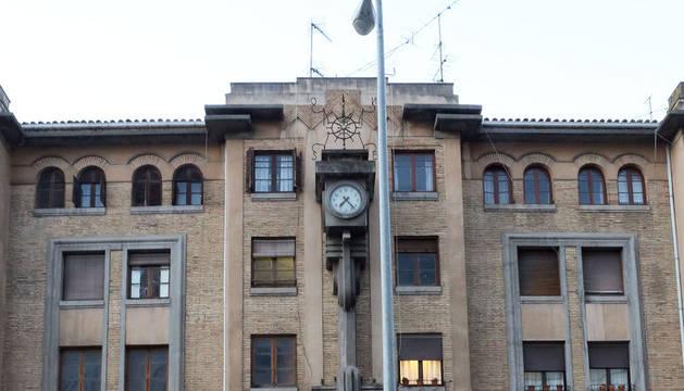 Fachada principal de la antigua estación de autobuses en la avenida Conde Oliveto.