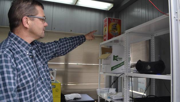 El presidente del CD Lerinés, Miguel Lorente, en el interior de la taquilla, donde se produjo el hurto.