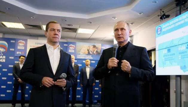 Dimitri Medvedev y Vladímir Putin celebran el resultado electoral.