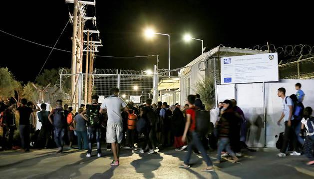 Varios refugiados esperan a las puertas del campo de refugiados de Moria (Lesbos) tras el incendio.