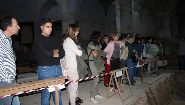 Un grupo de visitantes escucha las explicaciones de Juanjo Bienes.