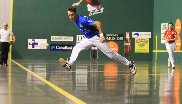 Mikel Urrutikoetxea resta una pelota en el ancho.
