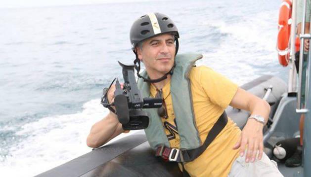 Miguel Ángel Antoñanzas, durante el rodaje en aguas del estrecho del documental 'Muros de agua'.