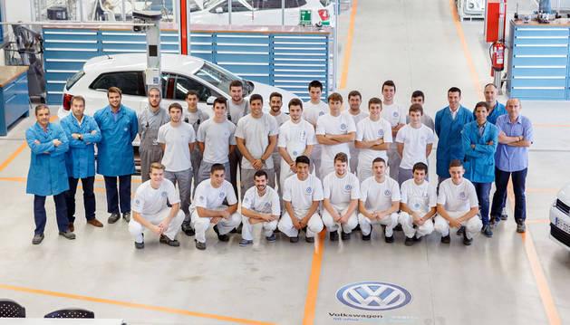 Foto de grupo de los aprendices de VW Navarra