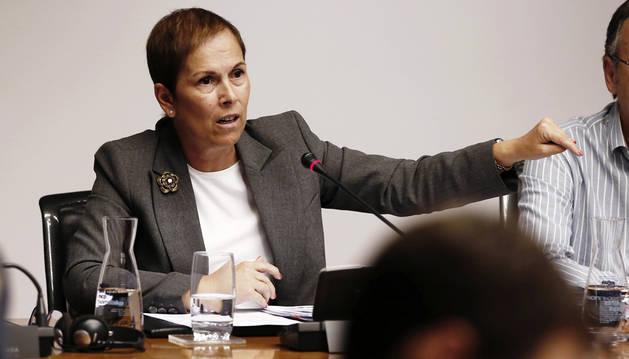 La presidenta del Gobierno de Navarra, Uxue Barkos, durante su intervención en la comparecencia esta tarde en el Parlamento.