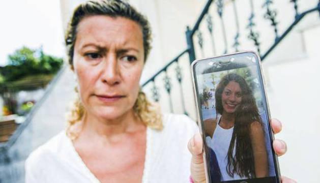 La madre de Diana Quer muestra en el móvil la foto de su hija.
