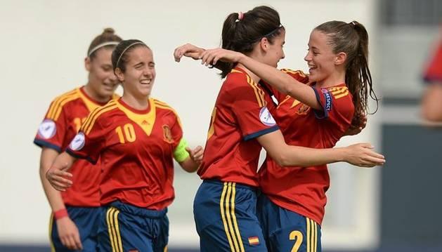 Maite Oroz (10) celebra un gol junto a sus compañeras en un encuentro anterior con la selección