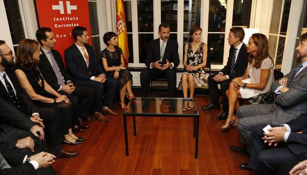 Los Reyes de España Felipe VI (5d) y Letizia (4d) durante la recepción ofrecida en el Instituto Cervantes a españoles que destacan en los ámbitos académico, científico, médico, tecnológico, empresarial y cultural.