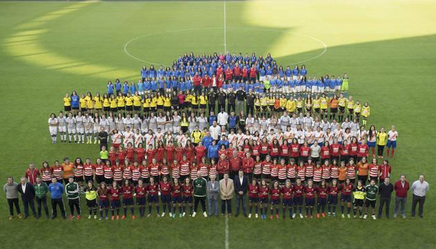 Imagen de las jugadores congregadas esta tarde en El Sadar para la presentación del proyecto de fútbol femenino de Osasuna
