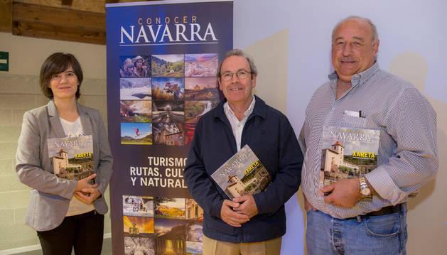 De izda. a dcha.: Sara Sánchez,  Virgilio Sagüés y Santiago Villares en la Casa de cultura de Urdax.