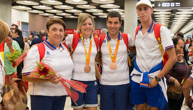 De izquierda a derecha: Carmen Rubio, Izaskun Osés, Eduardo Santas e Iván Salguero a su llegada ayer a Barajas con la expedición española de Río.