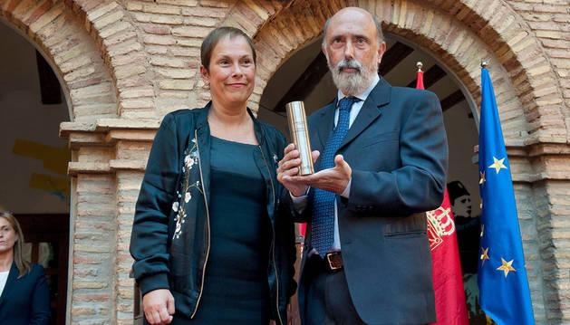 Paco Etxeberria muestra el cilindro recibido de manos de la Presidenta Barkos.