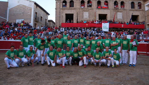 Los 33 participantes en el espectáculo, sobre la arena de la plaza de toros de Villafranca.