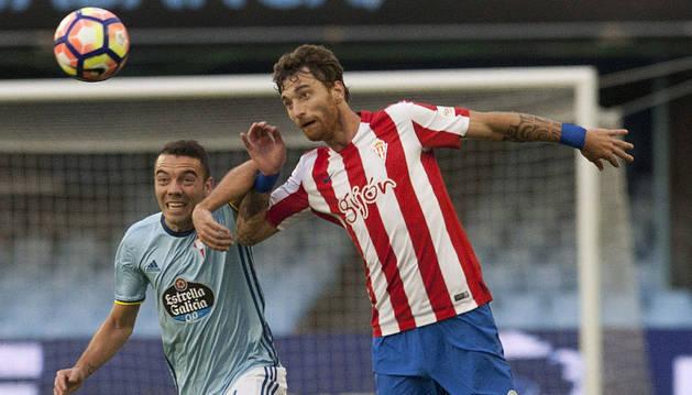 Iago Aspas disputa un balón con el centrocampista del Sporting Sergio Álvarez