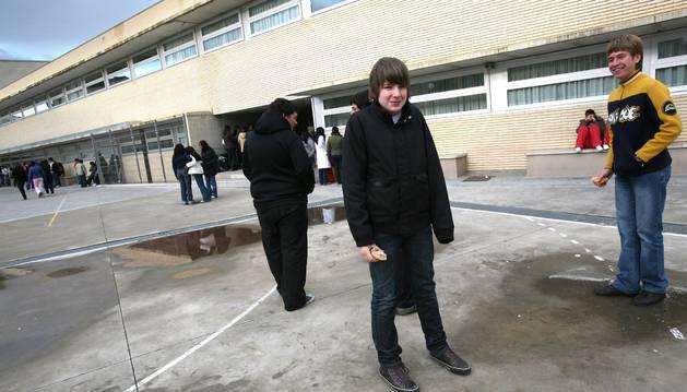 Varios alumnos en el exterior del Instituto La Paz de Cintruénigo.