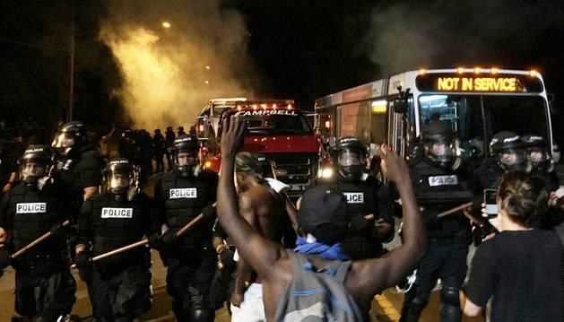 Graves disturbios tras la muerte de un hombre negro a manos de la Policía