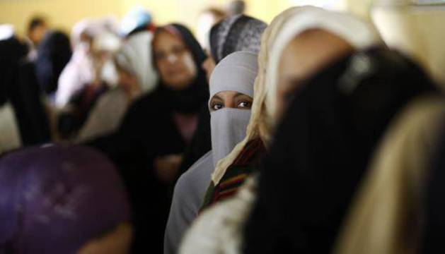 Una fila de mujeres en El Cairo, Egipto.