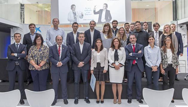 Foto de grupo de finalistas y miembros de las entidades organizadoras