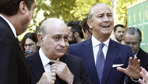 El ministro del Interior, Jorge Fernández Díaz, junto al director general de la Guardia Civil, Arsenio Fernández de Mesa (d), se dirigen al parque de Antoniuti de Pamplona.
