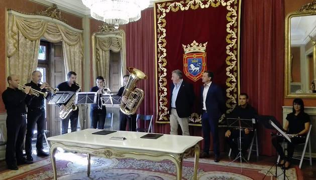 El alcalde, Joseba Asiron, firma el contrato con La Pamplonesa.