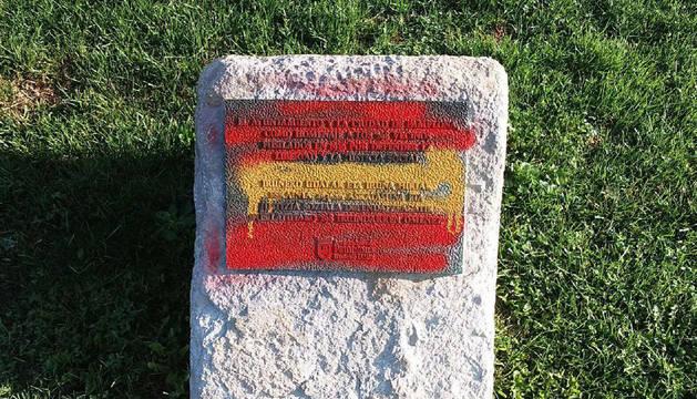 Imagen de la placa pintada con los colores de la bandera de España.
