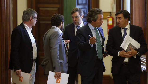 Los diputados de Ciudadanos José Manuel Villegas (i) y Miguel Ángel Gutiérrez (2i), conversa con el portavoz del PP, Rafael Hernando (c), en presencia de los diputados populares, Carlos Floriano (2d) y José Antonio Bermúdez de Castro (d),.