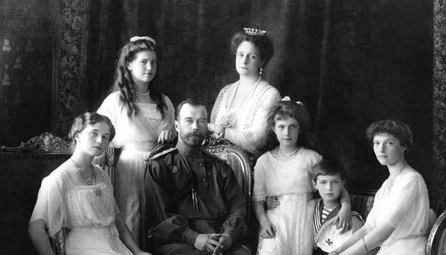 Los últimos zares de Rusia, Nicolas II y Alejandra, posando junto a sus cinco hijos.