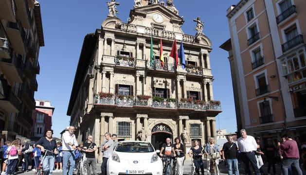 Imagen de los participantes en la carrera, en la plaza del Ayuntamiento.