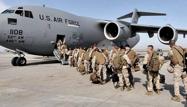 Varios militares estadounidenses destinado a Irak suben a un avión.
