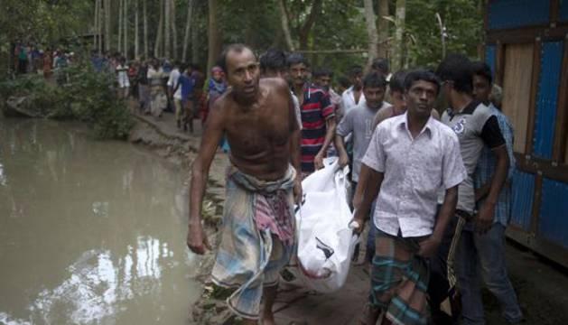 Uno de los cadáveres recuperados tras el naufragio en Barisal.