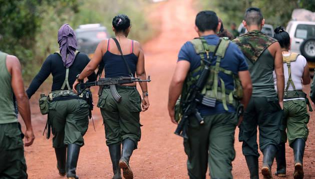 Guerrilleros del Bloque Sur de las FARC patrullan en los alrededores a donde se celebra la Décima Conferencia Nacional Guerrillera.