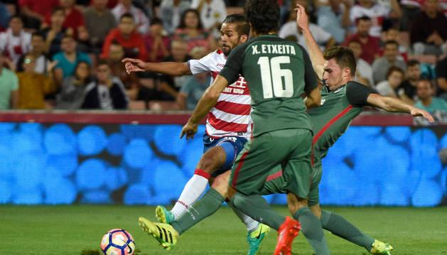 El jugador del Granada Carcela-González (i) marca ante el Athletic de Bilbao.