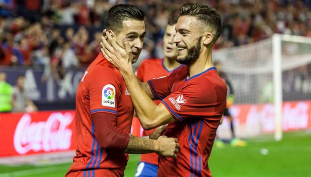 Roberto Torres felicita a Sergio León tras anotar el gol del empate.
