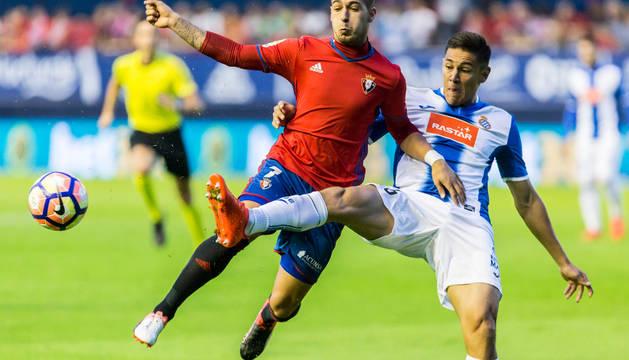 Sergio León pelea con un defensa del  Espanyol.