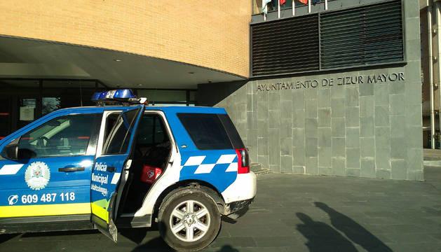 Coche de la policía local frente al consistorio de Zizur Mayor.