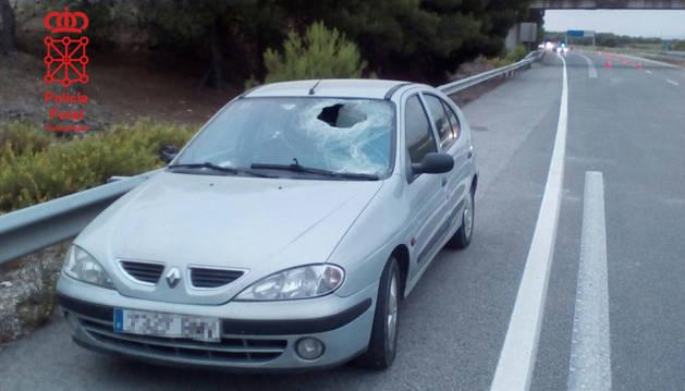 Estado en el que ha quedado la luna del vehículo tras ser atravesada por un cascote.