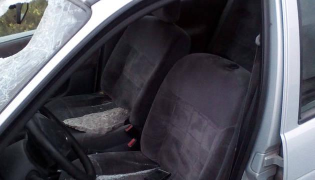 El asiento del conductor herido por una piedra.