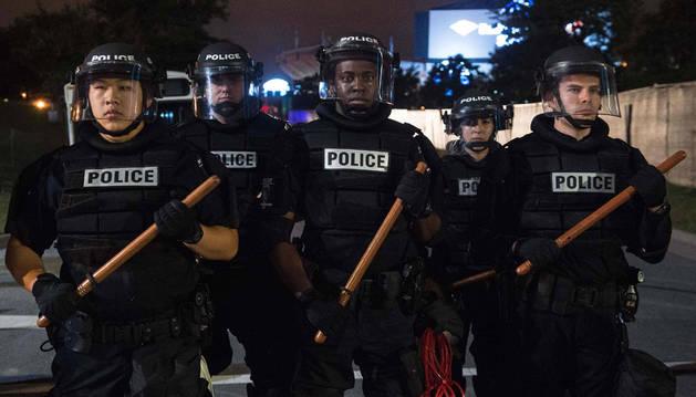 Las protestas raciales desafían el 'toque de queda' y exigen ver los vídeos