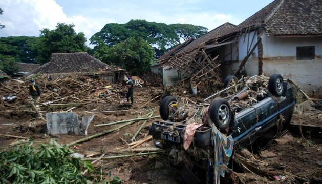 Varios agentes buscan a las personas desaparecidas tras las inundaciones en Java.