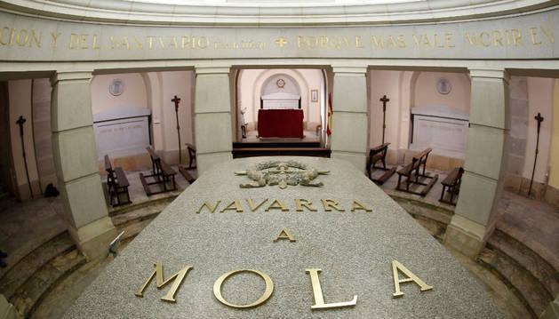 En primer término, la tumba de Mola con las letras en metal de oro y un escudo con la laureada de San Fernando.