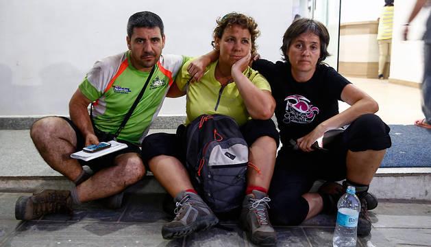 Miguel Andrés, Chus Ancín y Edurne, los tres navarros del grupo de trekking que resultaron ilesos, en el exterior del hospital de Katmandú.