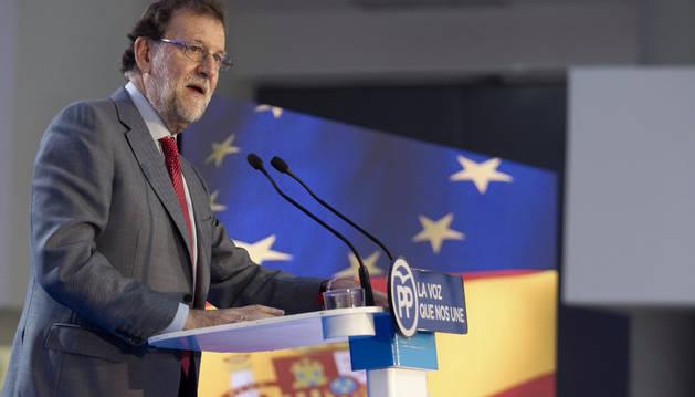 El presidente del Gobierno en funciones, Mariano Rajoy, durante su intervención en el mitin electoral que el PP ha celebrado este viernes en Vitoria.