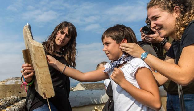 Una de las txikis prende la mecha en la azotea de Corazonistas.