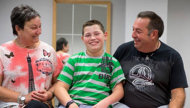 Aimar Galán Irisarri, que está a punto de cumplir 12 años, posa con su tía Nati Galán y su padre, Ricardo, en el Centro Neurológico de Atención Integral (CNAI), en Imárcoain, donde recibe terapias.