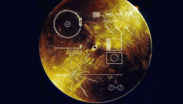 El disco de oro lleva grabada información dirigida a los alienígenas.