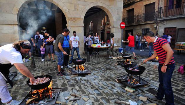 Participantes del concurso de fritada en medio de la cocción.