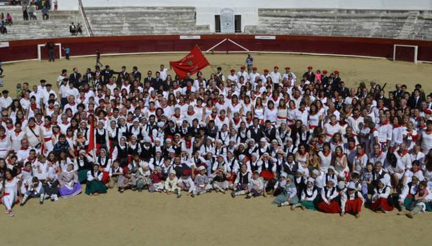 Todos los participantes en la jornada, danzaris, músicos y voluntarios, posaron para una foto de familia en la plaza de toros después de  terminar el encuentro con el Baile de La Era.