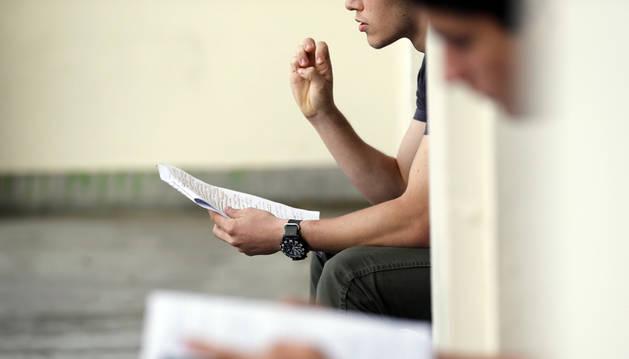 Dos alumnos de Bachillerato repasan sus apuntes antes de un examen.