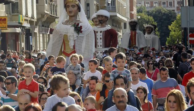 Los gigantes y cabezudos salieron a la calle para celebrar San Fermín de Aldapa 2016.