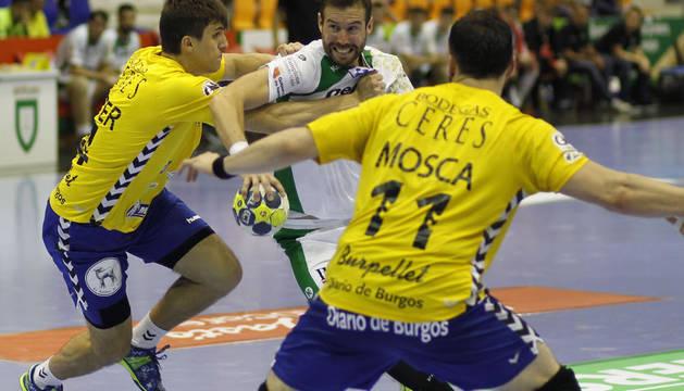 Un jugador del Helvetia Anaitasuna Pelea con la defensa arandina